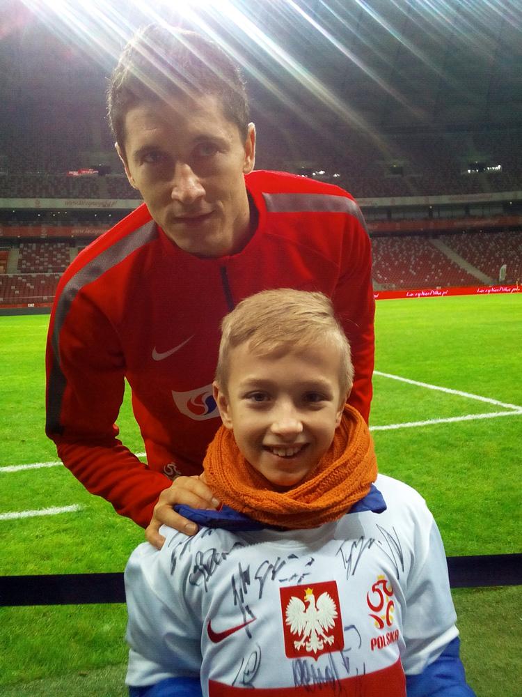 Adam Szynicki (Mały Messi) z Robertem Lewandowskim